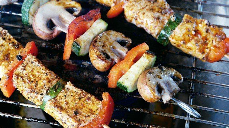 中秋烤肉家人團聚,容易因氣候乾燥導致咳嗽、口乾舌燥、皮膚乾等。
