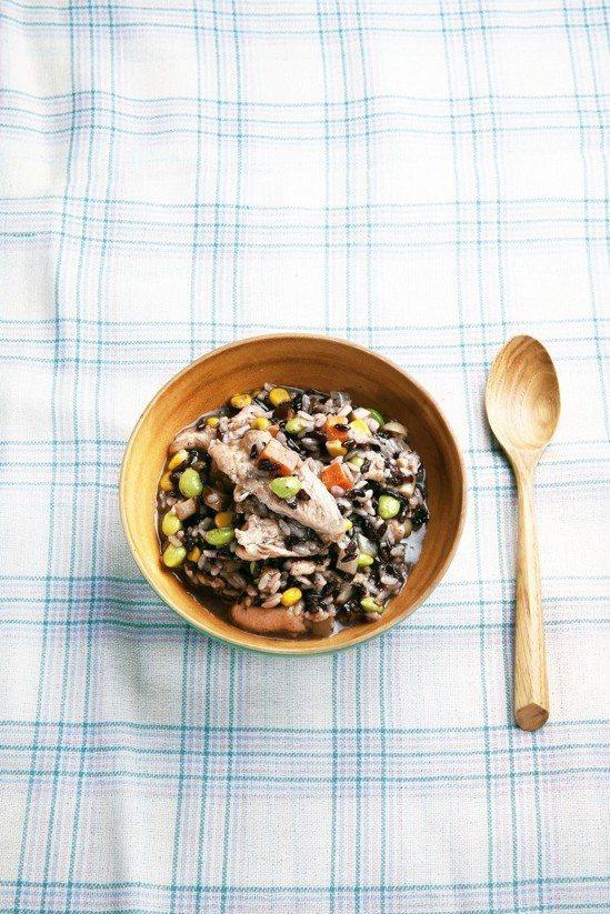 黑米野菇燉飯。 圖/摘自聯合報系出版(科學研究告訴你這樣動不失智)