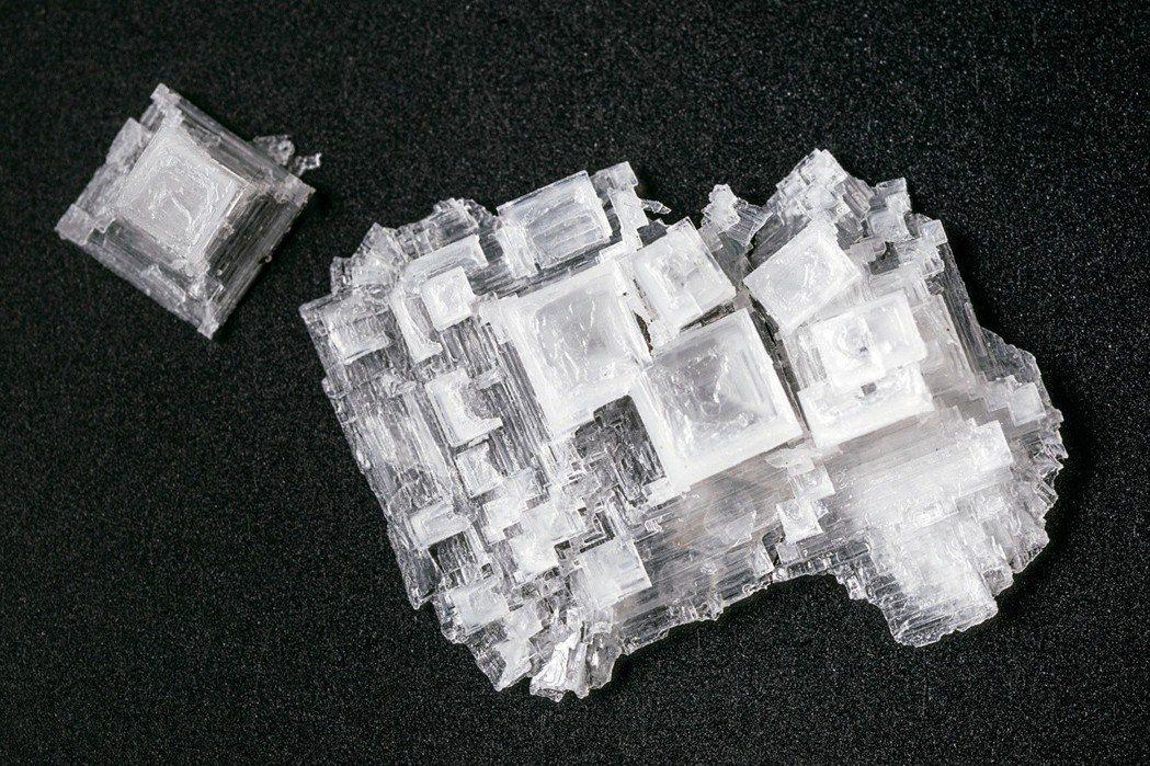 鹽的結晶是美麗的四方體。 圖片提供╱蔡炅樵