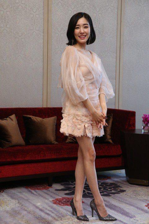 少女時代成員蒂芬妮單飛後首度來台,23日以「Tiffany Young」藝名在台北國際會議中心舉辦見面會。她中午先與媒體見面,全程以英文對答,笑稱已經在受訪空檔獲得許多月餅,還想知道有什麼其他的過節...