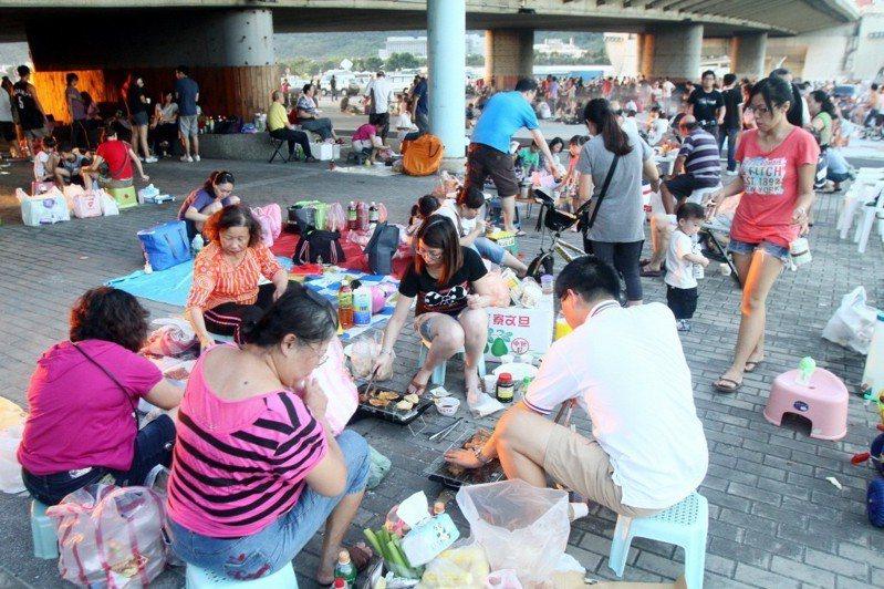 民眾在台北大佳河濱公園大直橋下烤肉。 聯合報系資料照片/記者趙文彬攝影