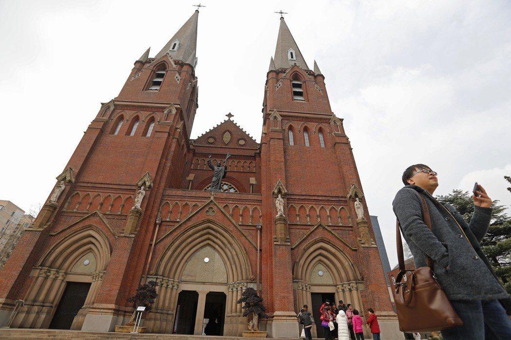 始建於清光緒31年的徐家匯天主教堂,耗時4年半時間修繕竣工,在去年12月重新開堂...