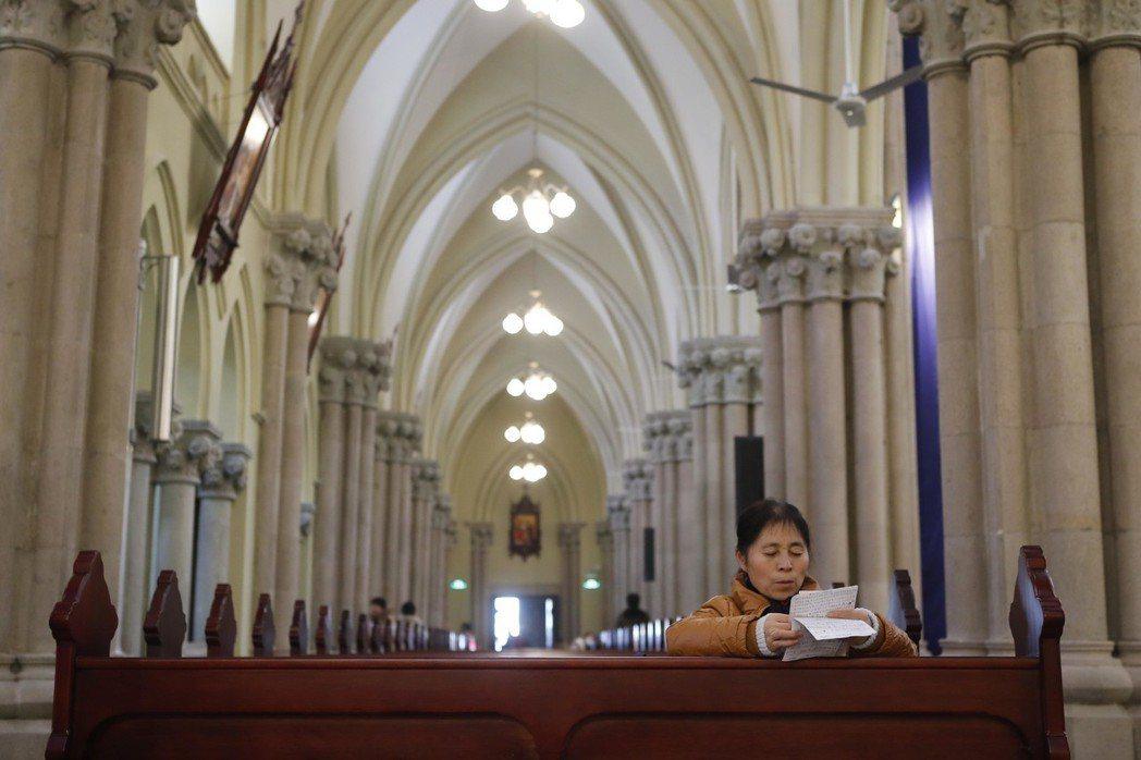大陸市民在被譽為「遠東第一大教堂」的徐家匯天主教堂禱告。 (中新社資料照片)
