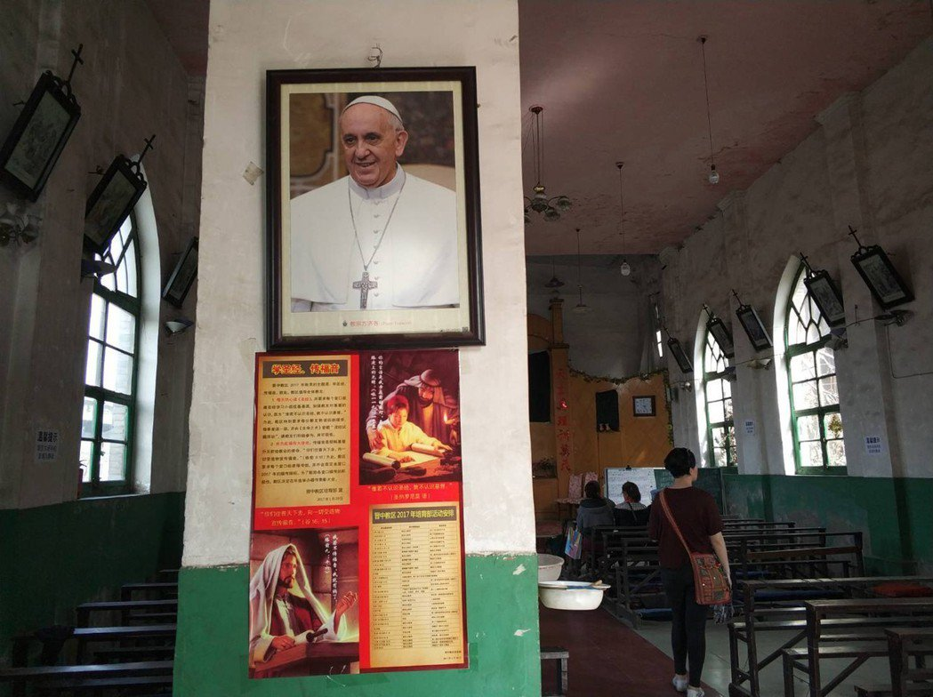 教廷希望主教任命協議能解決地下教會遭官方打壓的困境,圖為山西省一間懸掛教宗玉照的...