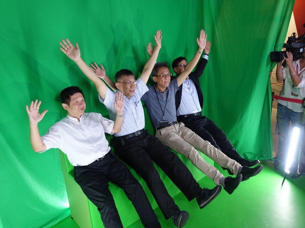台北市長(左二)柯文哲南下到高雄參訪智崴科技,體驗i-Ride動感飛行劇院。 圖...