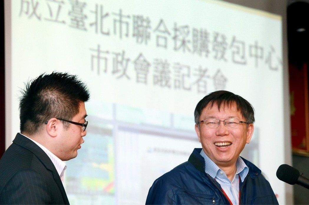 台北市長柯文哲(右)2015年記者會上,有記者問他是不是「雍正控」?他聽不懂愣了...