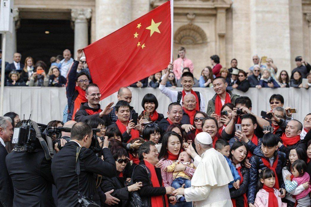 教宗方濟各上台後就積極尋求與北京改善關係,今年4月18日在聖伯多祿廣場接見來自中...