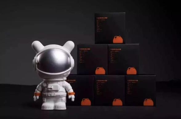 小米科技跨界搶攻月餅商機,推出號稱「年輕人的第一款月餅」,每盒內置六枚1/6重力...