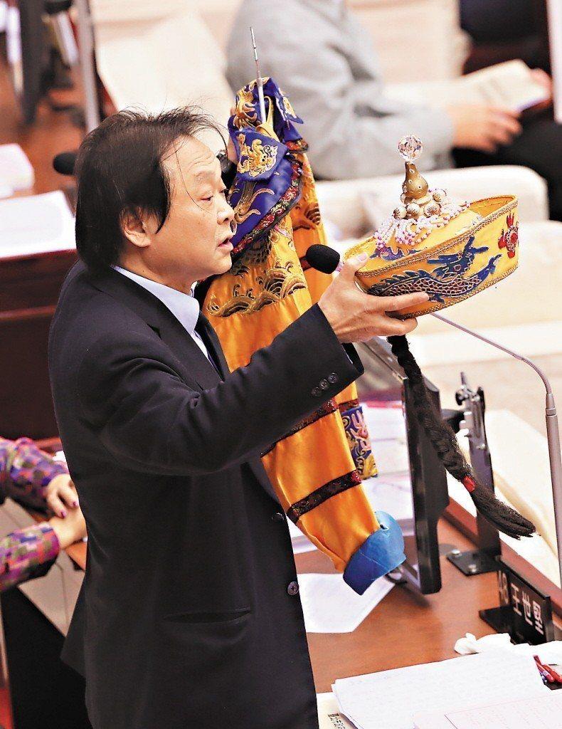 民進黨籍北市議員王世堅曾在柯文哲施政報告前贈送一套龍袍、龍帽,諷刺柯黃袍加身。 ...