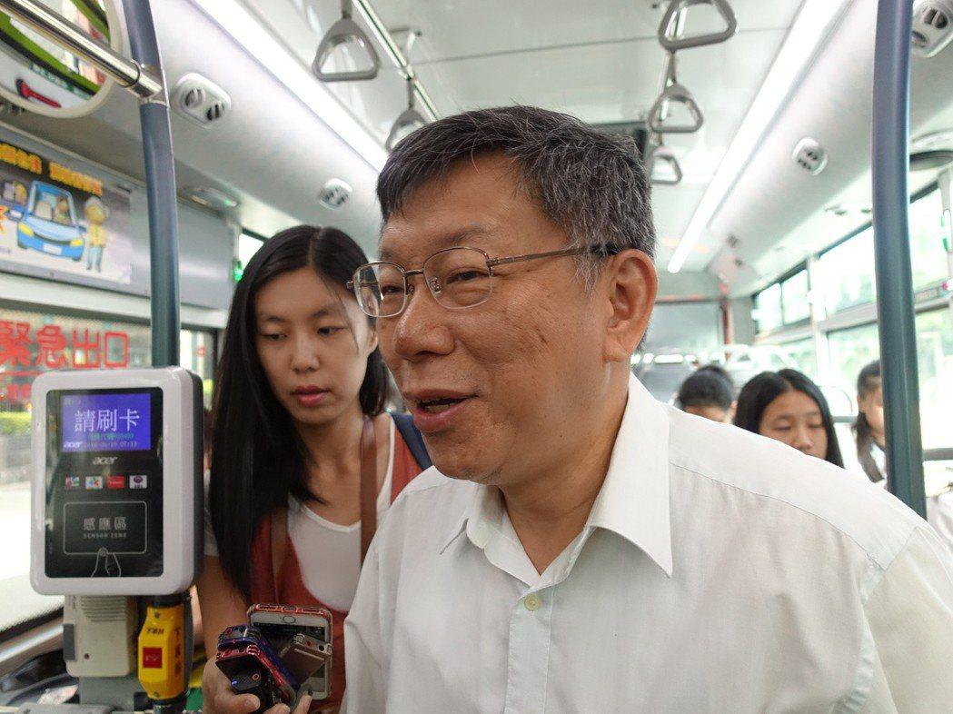 台北市長柯文哲搭公車上班,也被市議員質疑在作秀。 圖/聯合報系資料照片