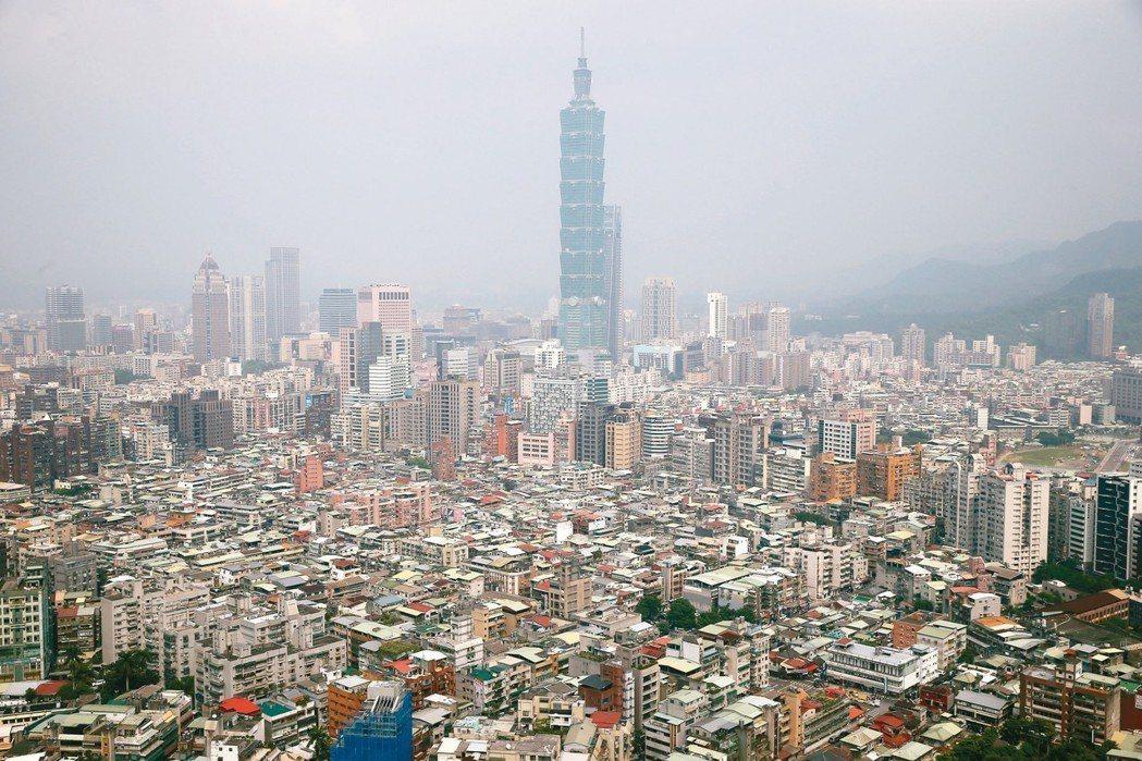 空屋率是房市重要參考指標,圖為從高處俯瞰台北市大安、信義區的建築物。 記者高彬原...