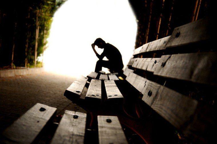 專家說孤獨感可能引發負面情緒、自殺意念。 圖/ingimage