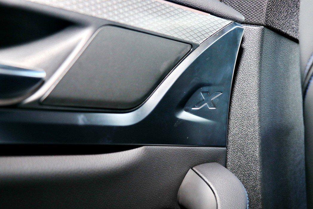 車內更可以看見將「X」專屬字樣烙印於前、後座車門飾板與B柱之上。 記者陳威任/攝...