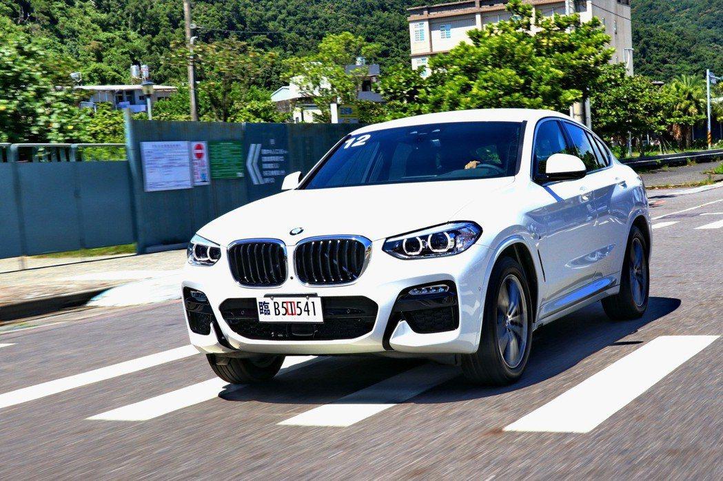 BMW X4 xDrive30i M SPORT在駕駛過程有如大型鋼砲般。 記者...