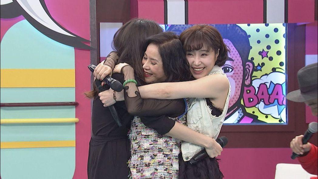 余苑綺(左起)擁抱媽媽李亞萍、姊姊余筱萍。圖/中天提供