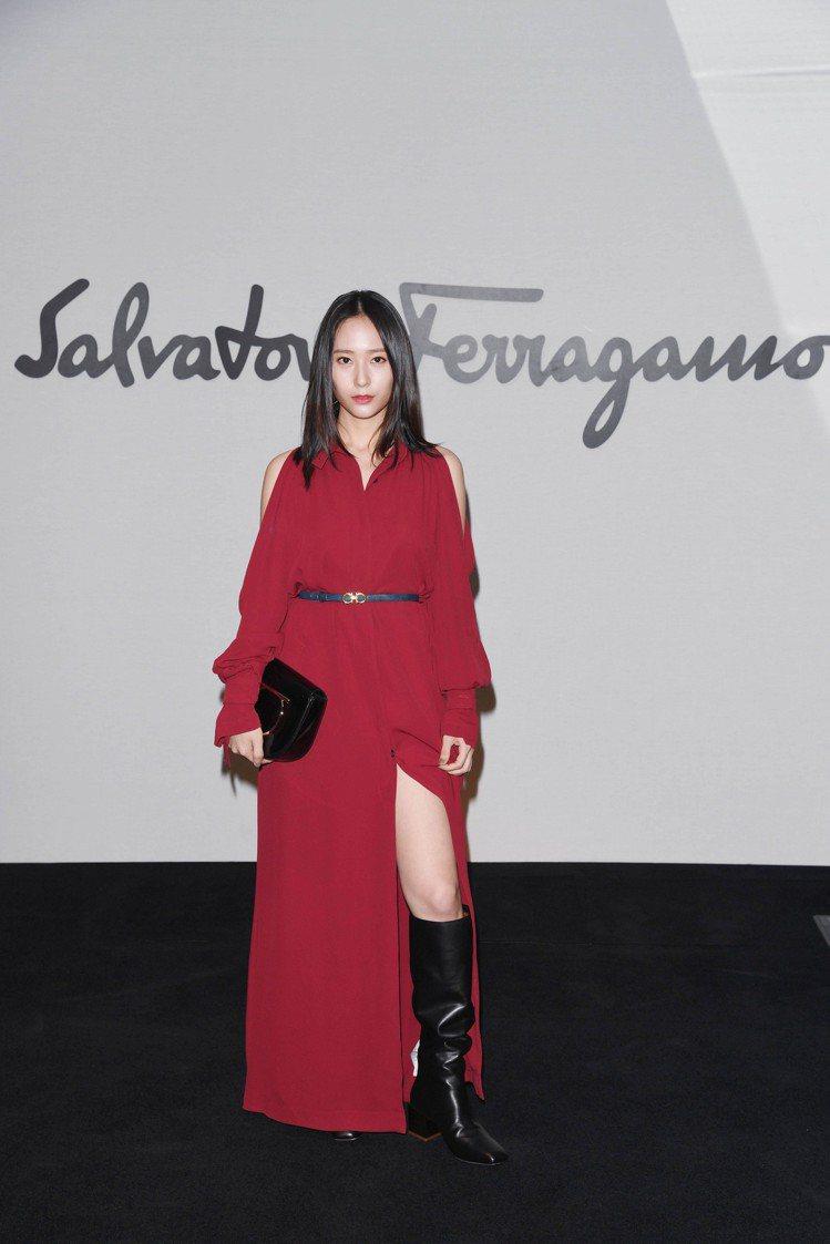 韓國女星Krystal鄭秀晶以暗紅色開衩洋裝造型,現身Salvatore Fer...