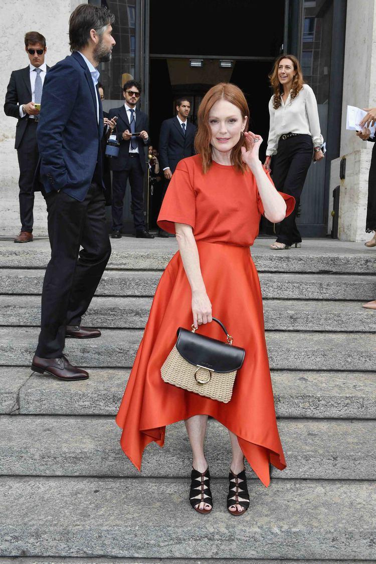 影后茱莉安摩爾是Salvatore Ferragamo 2019春夏時尚大秀,最...