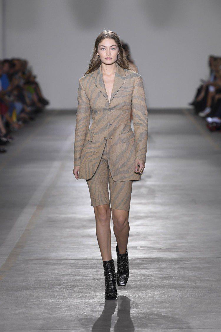 被暱稱為「單車褲」的褲款貫穿了Roberto Cavalli的2019春夏系列。...