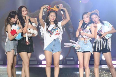 韓國女子團體Red Velvet下午在台大綜合體育館舉行演唱會,五位女孩一連數首勁歌熱舞,與粉絲同歡。