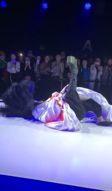 陳志朋在北京時裝周登場,穿上恨天高鞋子走秀時竟不慎跌倒仆街。圖/摘自微博