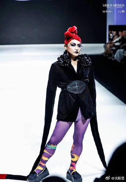 陳志朋先前走秀的扮相被諷是「紫芋樹妖」。圖/摘自微博