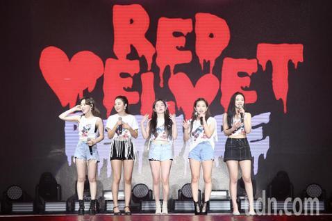 韓國女團Red Velvet今天在台大體育館舉辦第二場台北演唱會,她們連續表演2天,因為急著用中文跟粉絲打招呼,Yeri一開場就口誤「台灣的朋友有想台灣嗎」。但她馬上就發現錯誤,害羞更正「有想我們嗎...
