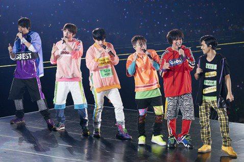 傑尼斯男團「關8」23日在台北小巨蛋舉辦「KANJANI'S EIGHTERTAINMENT GR8EST in Taipei」演唱會,他們第2首歌曲就獻唱代表作「不負責英雄」,6名成員走下主舞台進...