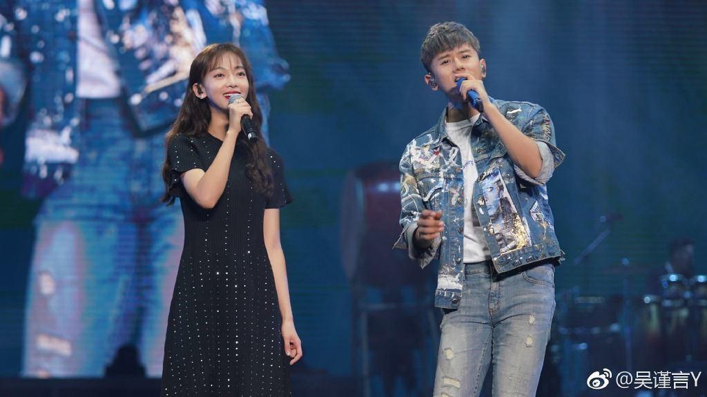 吳謹言(左)擔任張杰演唱會嘉賓。圖/摘自微博