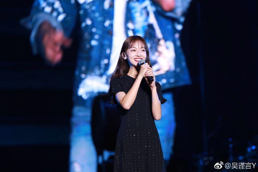吳謹言首次擔任演唱會嘉賓,面對5萬人觀眾,緊張到手心狂冒汗。圖/摘自微博