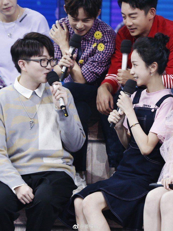 「延禧攻略」中飾演「明玉」的姜梓新(右)上節目表現歌藝。圖/摘自微博