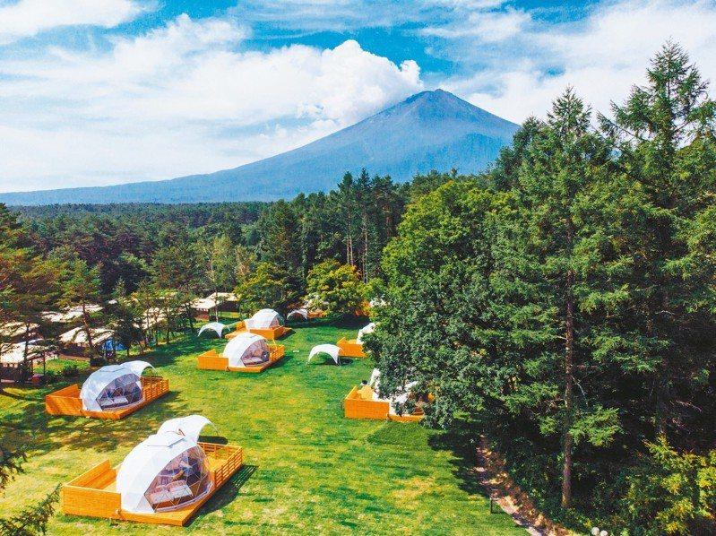 PICA Fujiyama「神奇的圓頂」帳篷,就正好落在富士山腳下。 圖/日本富士急行公司提供