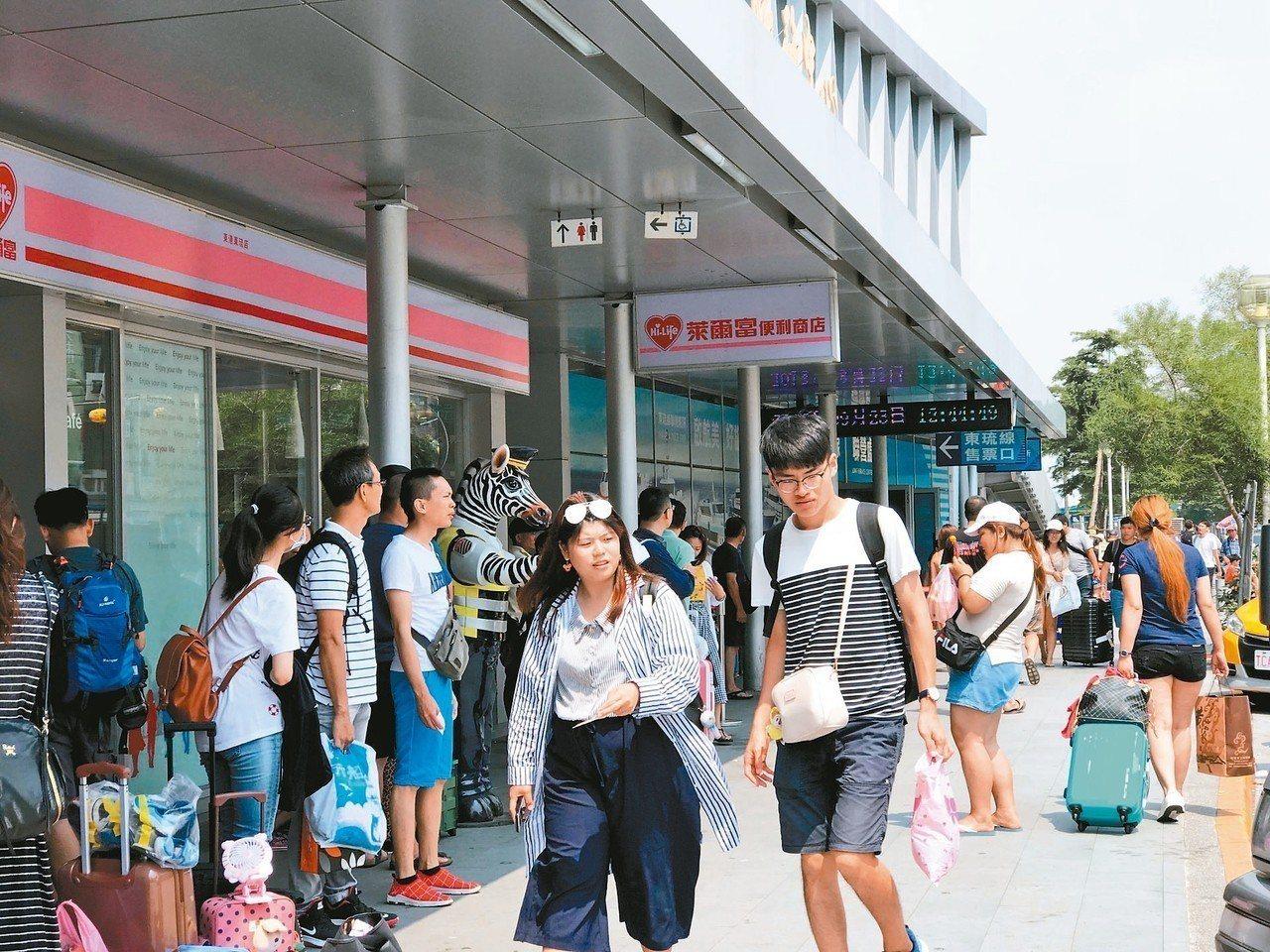 東琉線候船大廳上午就開始湧現旅客人潮。 記者蔣繼平/攝影