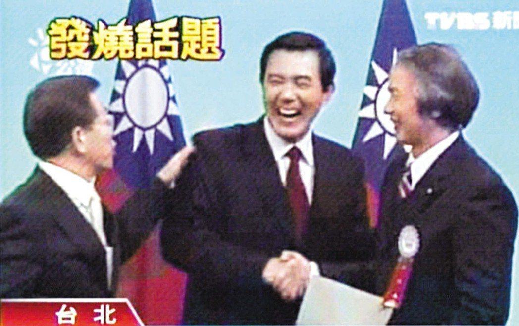 中選會的電視政見發表會上,馬英九(中)又拍了謝長廷的背,這回謝馬上回拍,還說「幹...