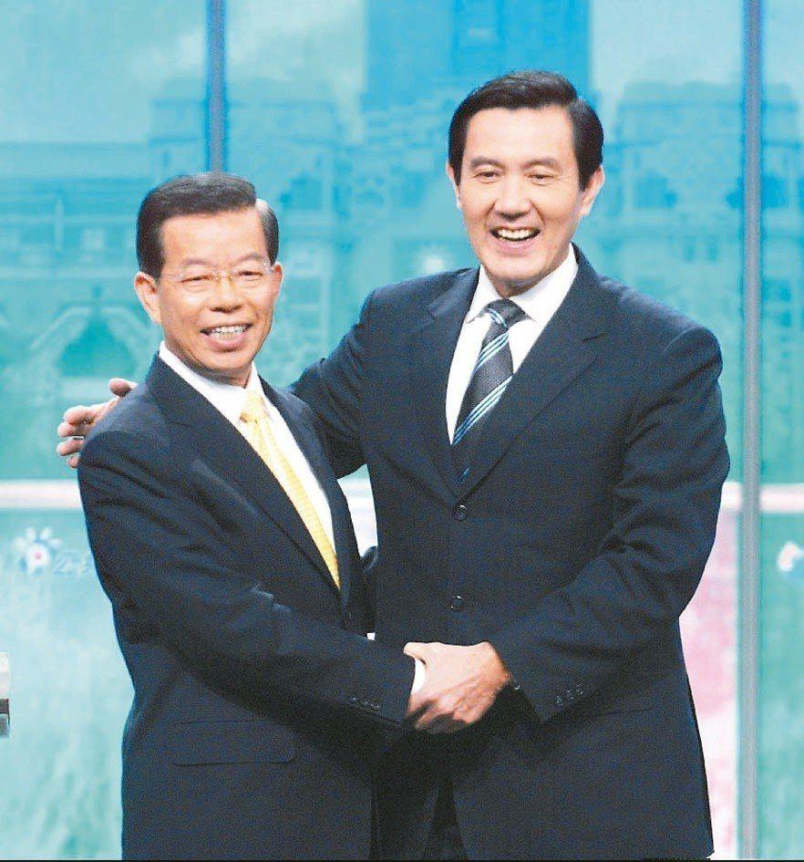 2008總統大選民進黨與國民黨總統候選人謝長廷(左)與馬英九在辯論前握手致意,馬...