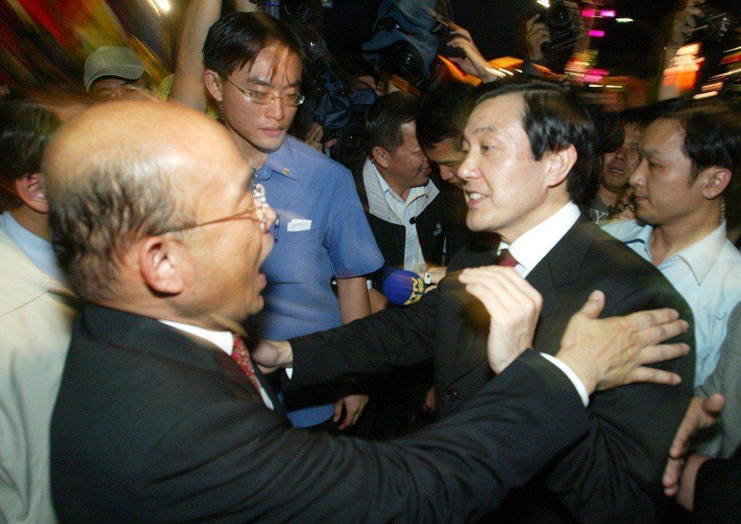 蘇貞昌(左)與馬英九寒暄交談,手下也不閒著。圖/聯合報系資料照片