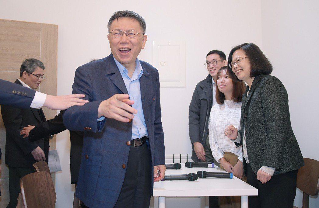 台北市長柯文哲(左二)快人快語,常需要幕僚出手提醒。圖╱台北市政府提供