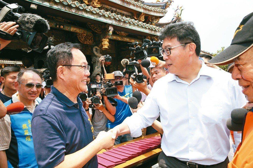 丁守中(左)、姚文智六月同台展現君子風度,相互握手。圖╱聯合報系資料照片