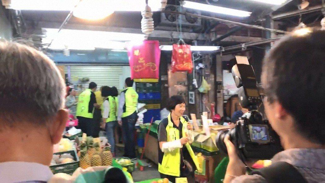 民進黨新北市長參選人蘇貞昌日前到板橋幸德市場掃街,同選區議員參選人忙卡位,激烈程...
