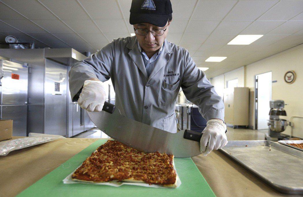 野戰披薩是美國食品科技的結晶。(美聯社)