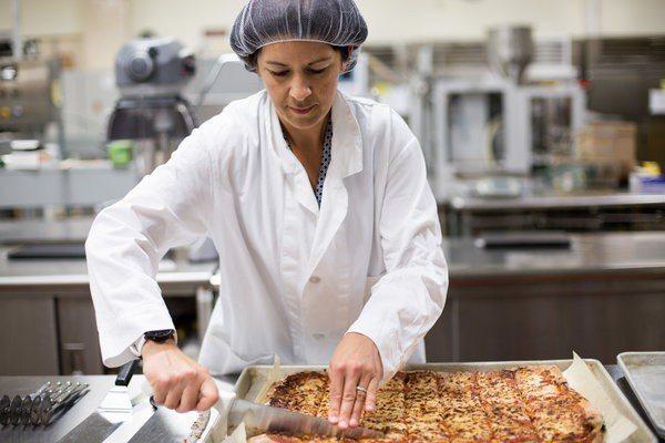 美國陸軍一名食品科學家在戰鬥食品指揮部,研究野戰披薩的成分。圖╱取自紐約時報