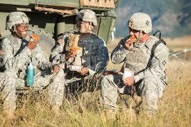 2014年,戰地美軍試吃野戰披薩。圖╱取自美國陸軍網站