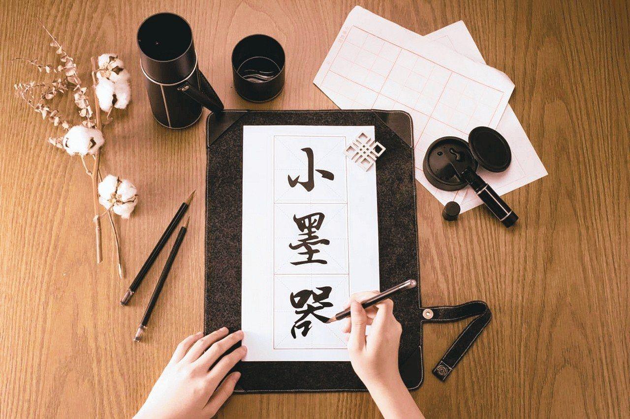 台灣科技大學設計所學生為傳承繁體字之美,花一年設計出一套專為初學者打造的書法用具...