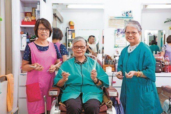由張秋芳(中)三姊妹共同經營的「三姊妹理髮店」已走過35個年頭。(攝影/賴智揚)