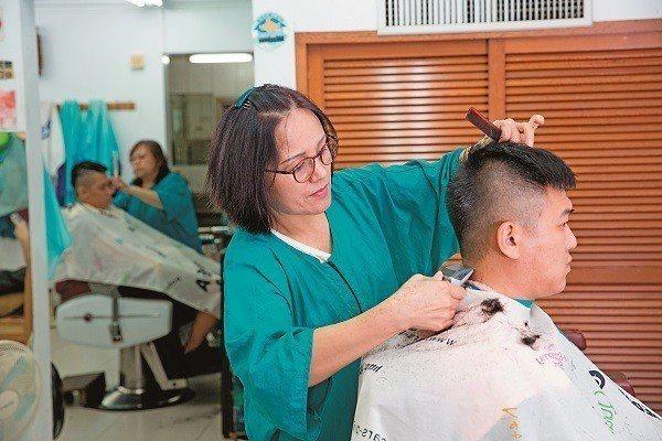 雖為傳統理髮,但「三姊妹理髮店」對新潮髮型也相當有一套。(攝影/賴智揚)