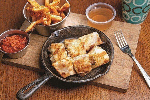 一上桌就讓人驚呼的鐵鍋酥皮蛋捲,口感酥脆,是非常受歡迎的餐點。(攝影/王漢順)