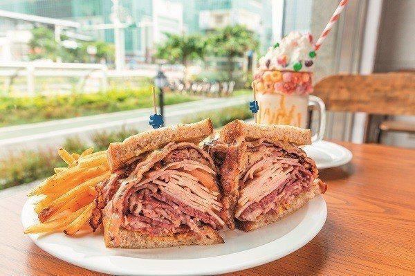 啪啪牛肉三明治以層層牛肉及火腿堆疊,滿足想大口吃肉的欲望。(攝影/陳仁萱)