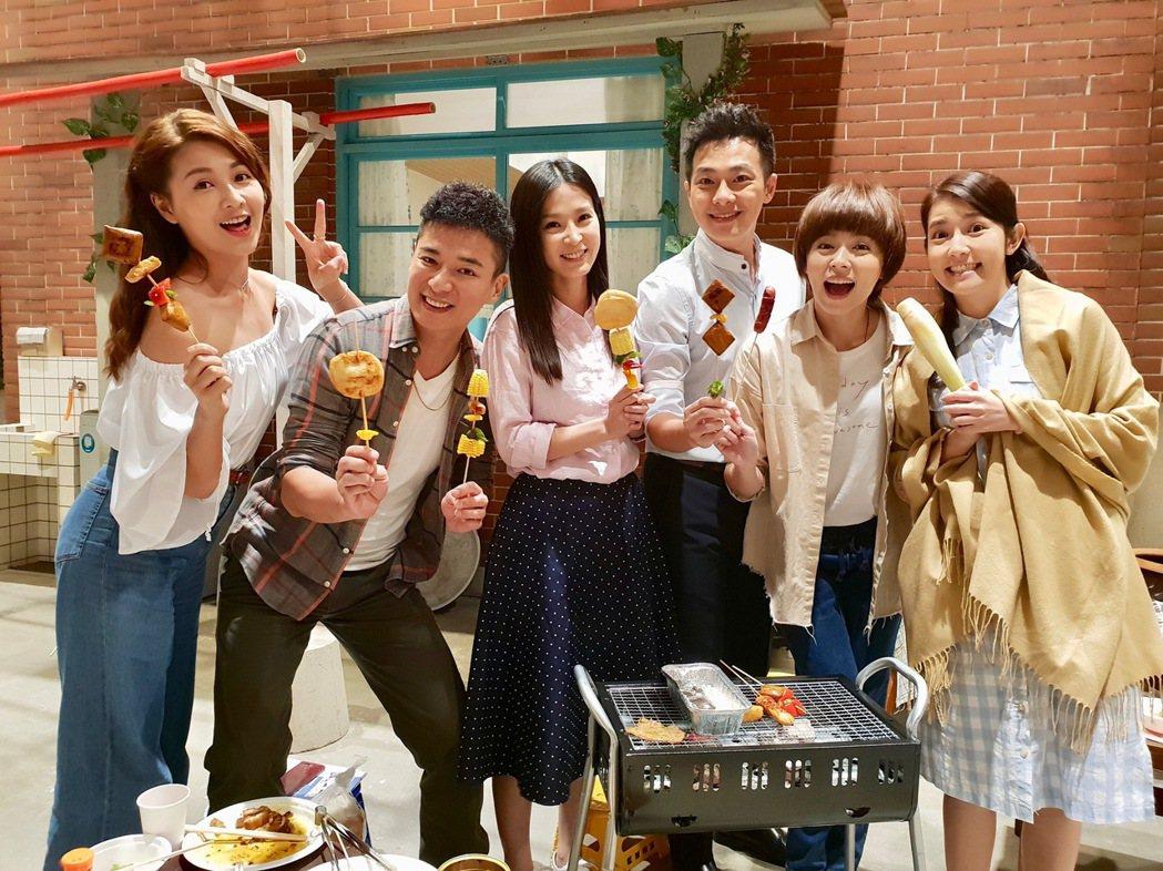 「大時代」演員謝京穎(左起)、成潤、楚宣、林則希、王瞳、郭亞棠,在棚內團圓烤肉,