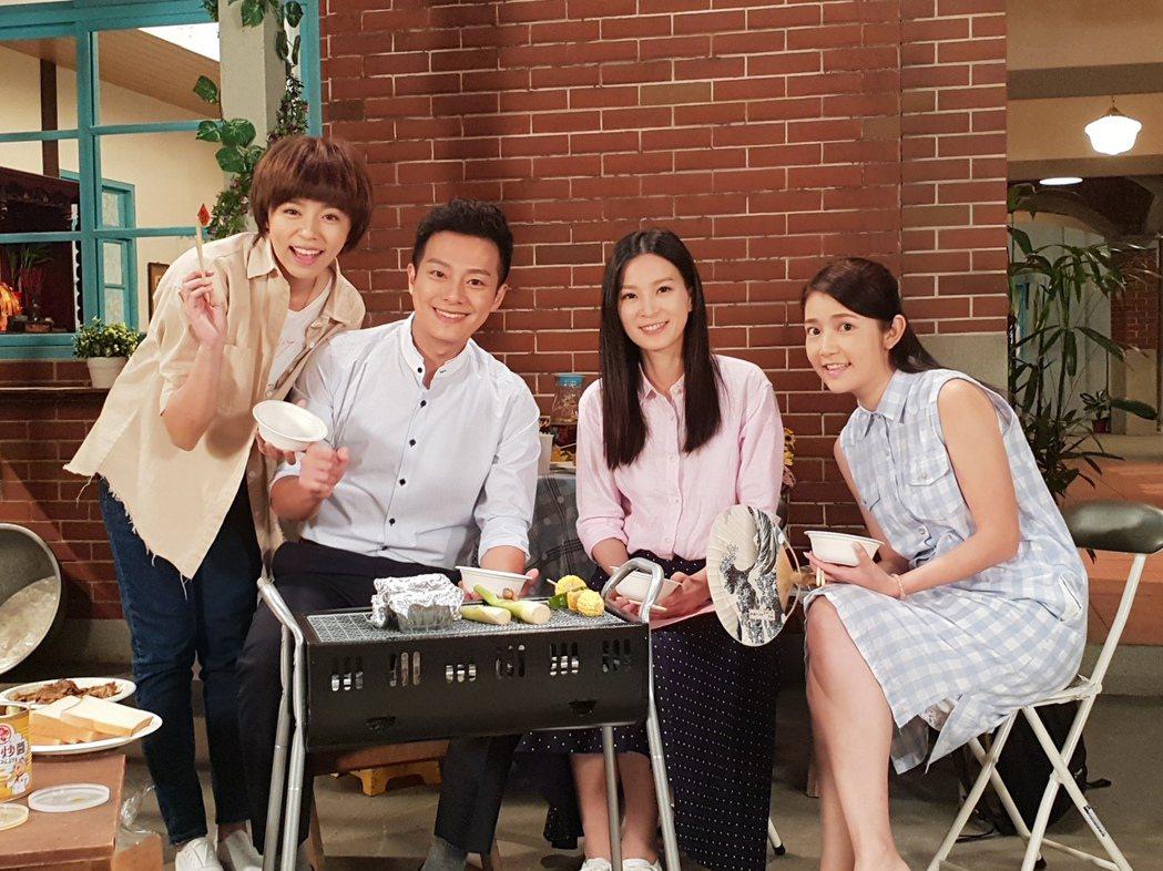王瞳(左起)、林則希、楚宣、郭亞棠在棚內烤肉,忘了食材是道具忘情吃光光。圖/民視...