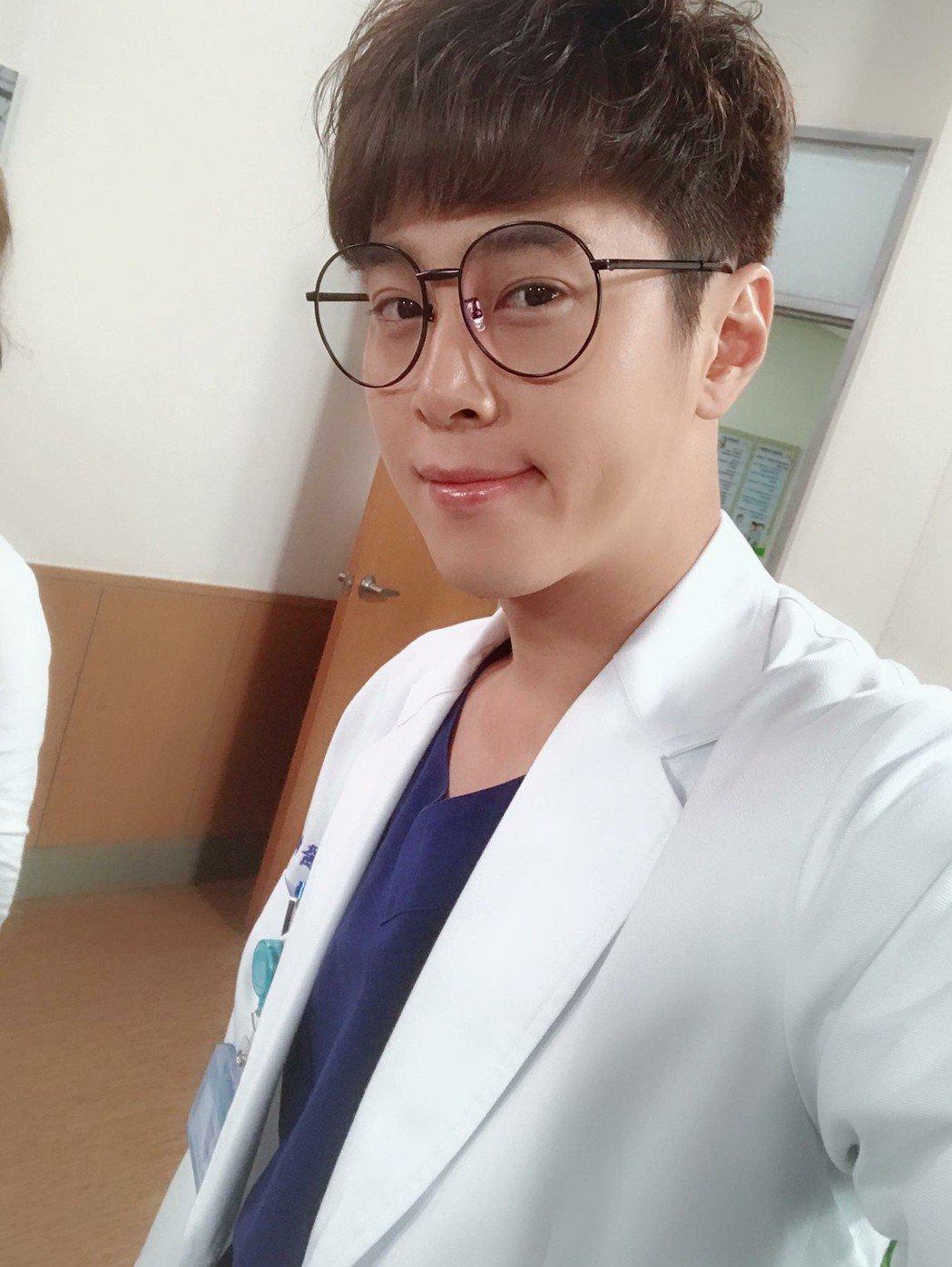吳東諺在「實習醫師鬥格」中飾演傻萌醫師。圖/星之國際提供
