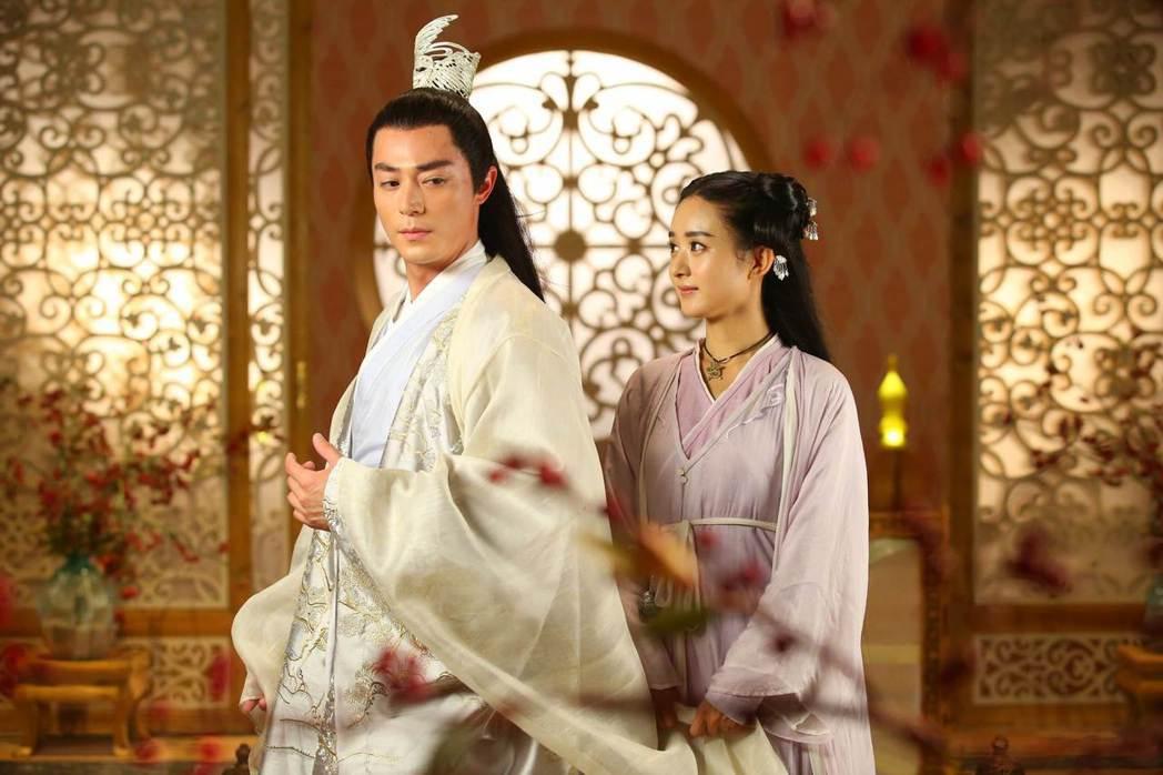 霍建華(左)與趙麗穎主演的古裝仙俠大戲「花千骨」受歡迎。圖/中天提供